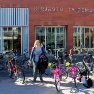 (FOTO: Finntastic) Feli mit unseren Leihfahrrädern vor dem Järvenpää Art Museum