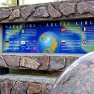 (FOTO: Finntastic) Der Polarkreis liegt auf 66° 33′ 55″ nördlicher Breite. In der Polarnacht (21. oder 22. Dezember) geht hier die Sonne überhaupt nicht auf und während der Mitternachtssonne ( meist am 21. Juni) nicht unter. Das heißt im Winter wird es eine Nacht lang nicht hell und im Sommer eine Nacht lang nicht dunkel.