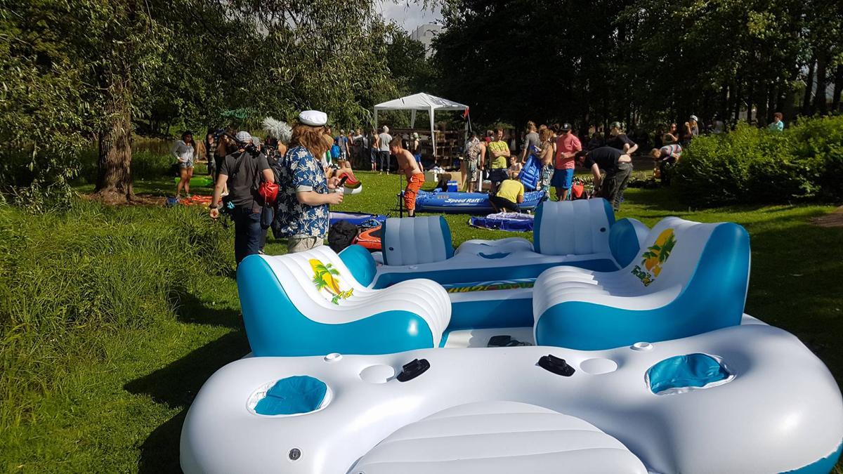 (FOTO: Carolin Hillner) Vom selbstgebauten Floß bis zum riesigen, aufblasbaren Partyboot ist alles dabei.