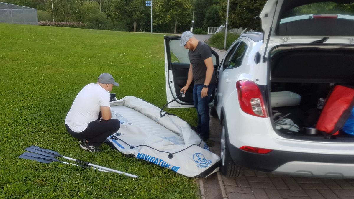 (FOTO: Carolin Hillner) Auch das Filmteam der Löwe TV Film- und Fernsehproduktion stürzt sich mit einem geliehenen Ruderboot ins Kaljakellunta-Getümmel.
