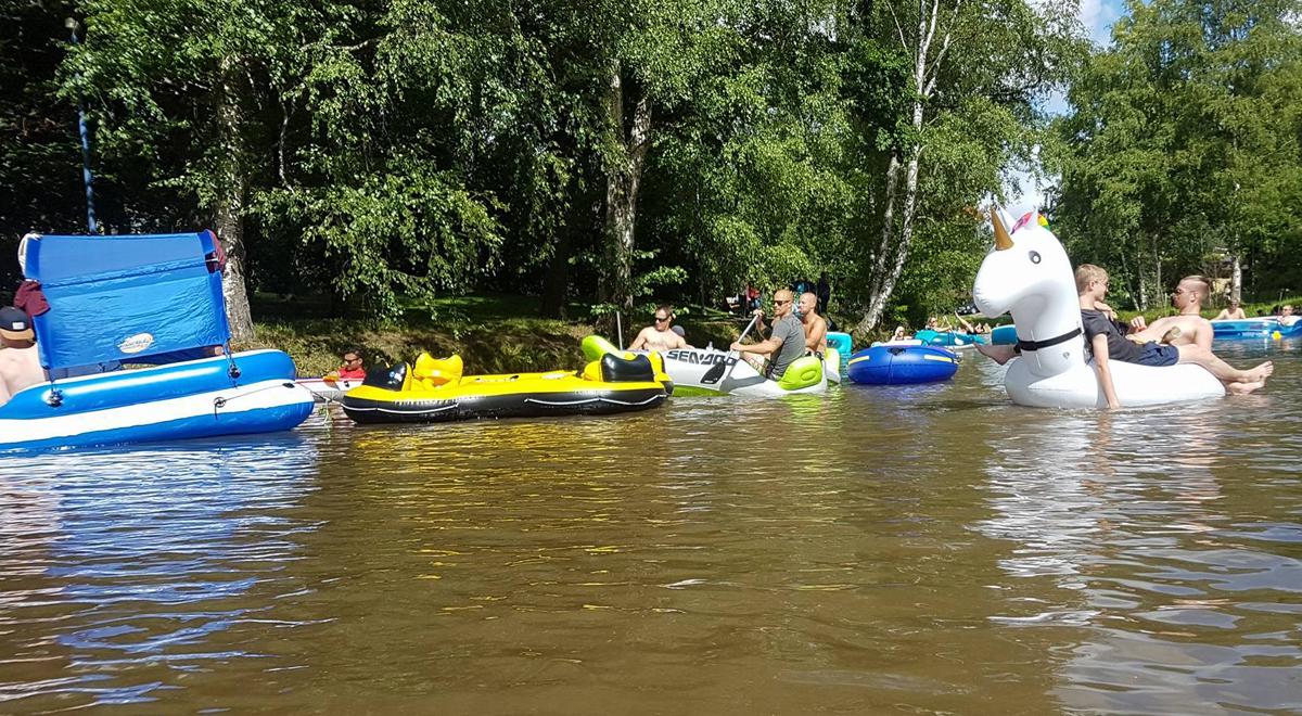 (FOTO: Carolin Hillner) Hier schippert das Einhorn mit seinen Besitzern aus München noch entspannt über den Fluss.