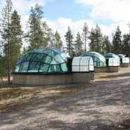 (FOTO: Mikael Diehl) im Kakslauttanen Arctic Resort in Saariselkä, nur rund sechs Kilometer vom Urho-Kekkonen Nationalpark entfernt, kann man in Glas-Iglus unter dem Nordlicht übernachten.