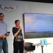 (FOTO: Finntastic) Anne und Olof beigeistern das Publikum mit ihrem Lagom-Konzept für mehr Glück und Zufriedenheit im Alltag.