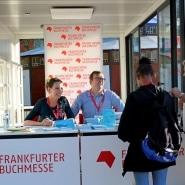 (FOTO: Finntastic) Anne und Olof im Plausch mit interessierten Besuchern während der Signierstunde auf der Frankfurter Buchmesse 2018.