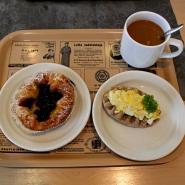 (FOTO: Finntastic) In der gemütlichen Kantine des Lottamuseums gibt es leckeren, finnischen Kaffee sowie Blaubeerplunder und karelische Piroggen.