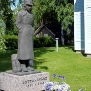 (FOTO: Finntastic) Im Hof des Lottamuseum begrüßt eine Lotta-Svärd-Statue die Besucher.