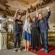 """(FOTO: Oliver Mack) Julia Hertell und Jenni Hölttä vom Architekturbüro """"Mer Arkkitehdit"""" freuen sich über den Goldfinger-Preis."""