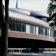 """(FOTO: Illustration aus Kaisa Broner-Bauers Buch """"Visions of architecture"""", Oku Publishing) Die Metso-Bibliothek fügt sich perfekt in die Landschaft ein."""