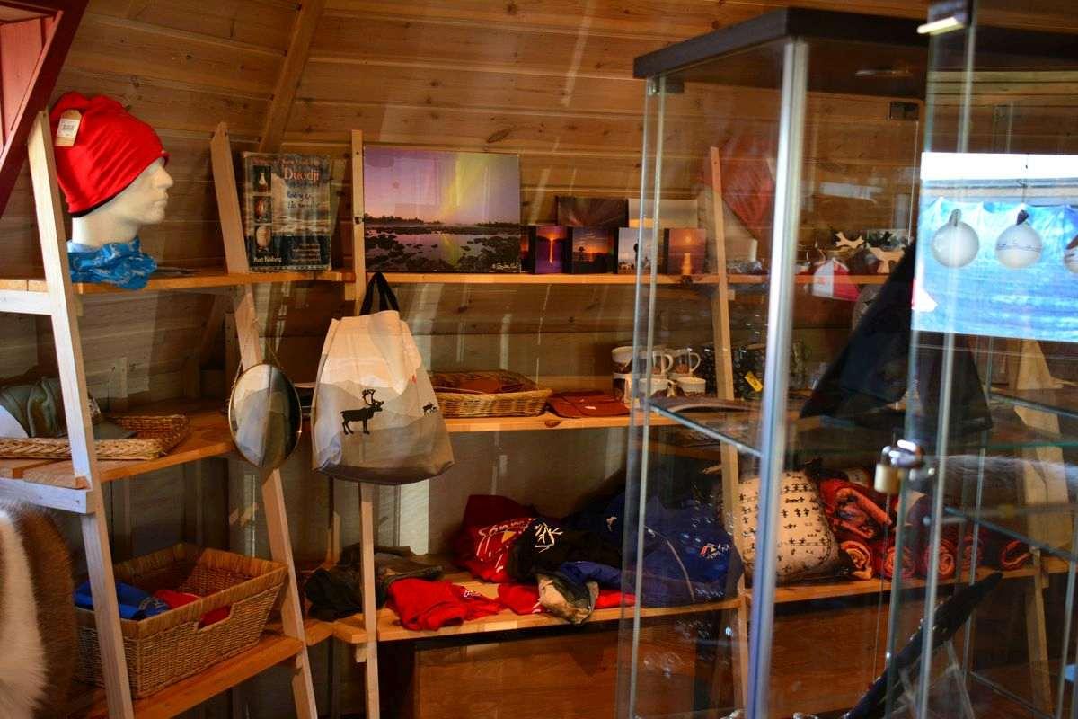 (FOTO: Liane Gruda) Im kleinen Shop gibt es samisches Kunsthandwerk und allerlei weitere schöne Dinge zu kaufen.