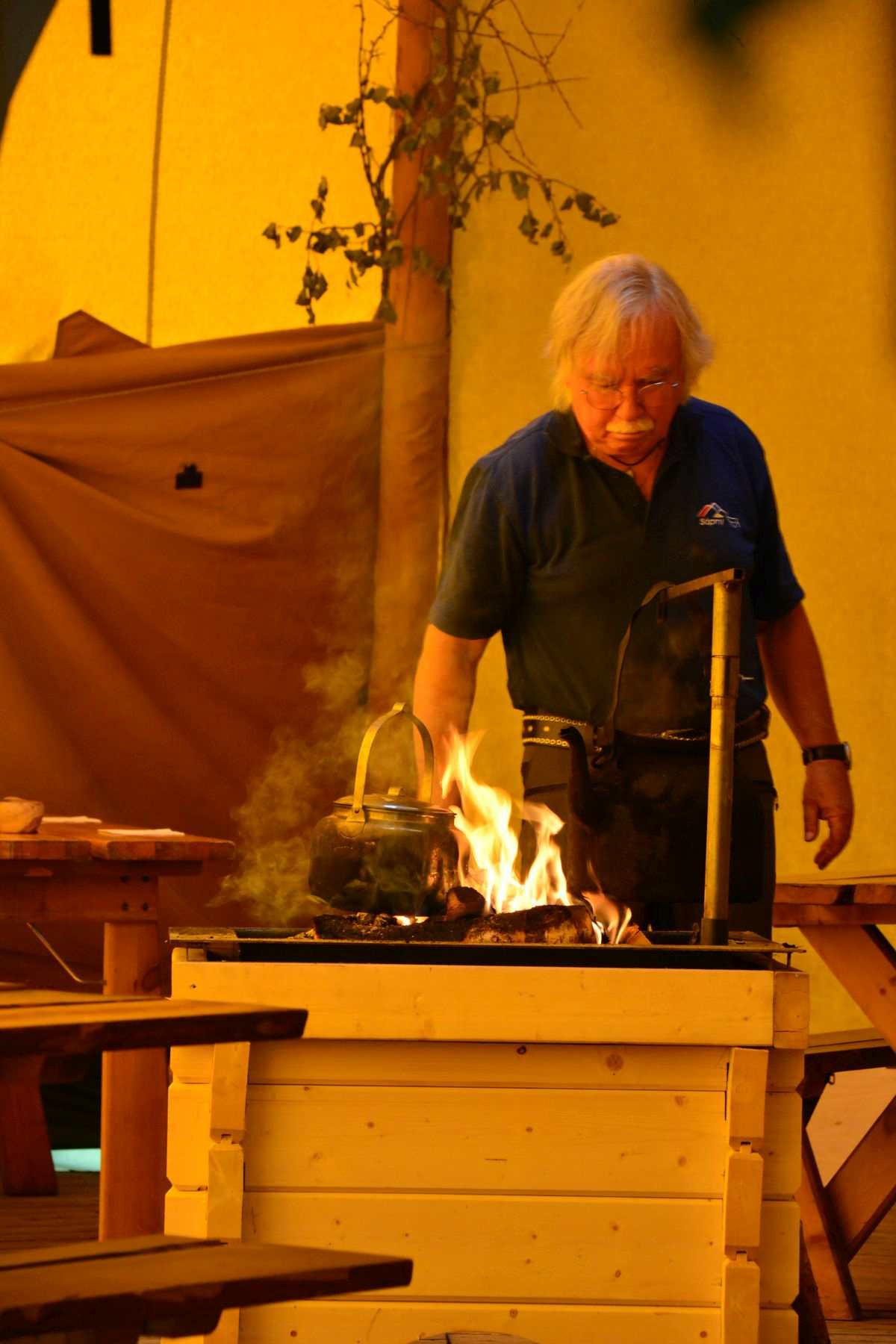 (FOTO: Liane Gruda) Hans-Joachim Gruda bereitet traditionellen Kesselkaffee zu.
