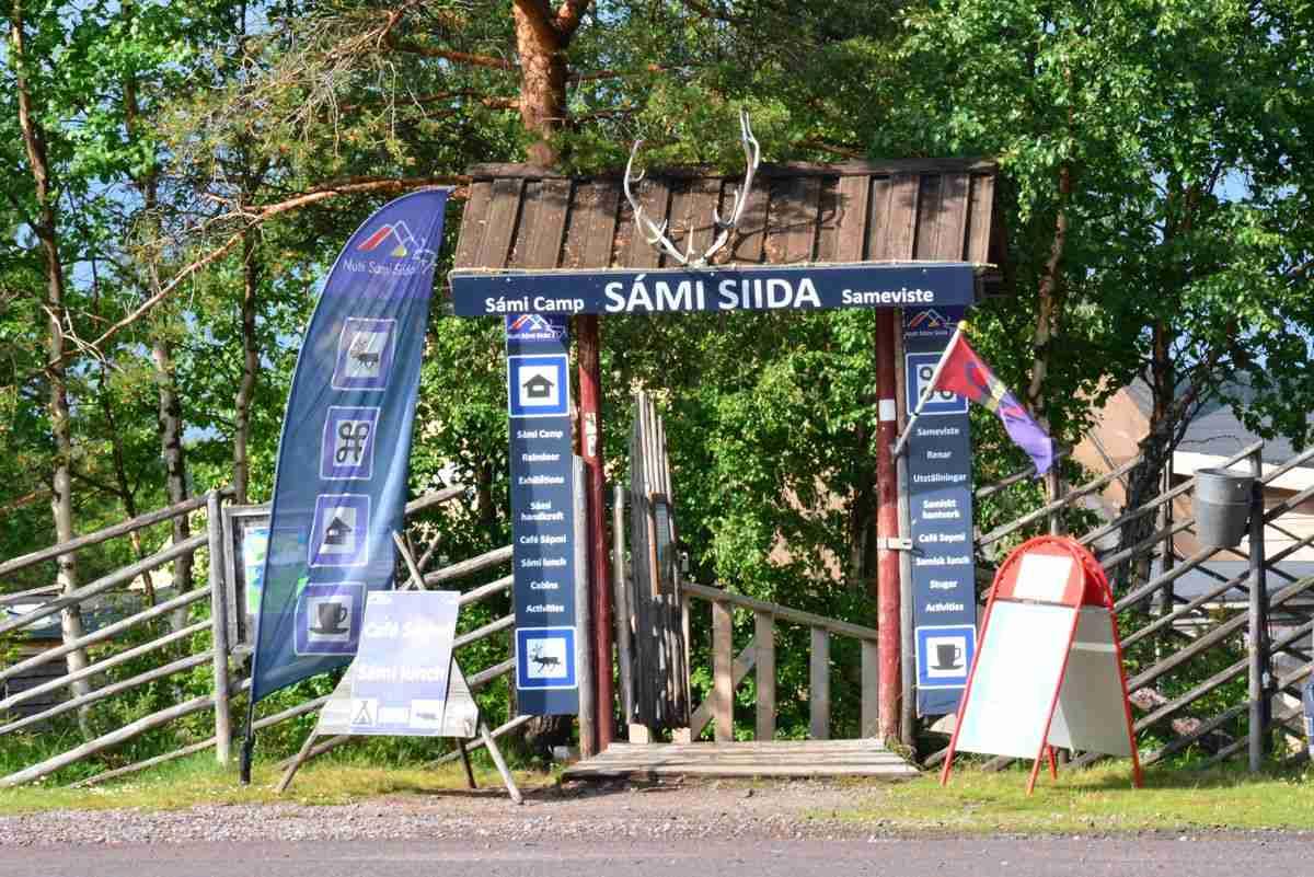 (FOTO: Liane Gruda) Eingang zur Samisiedlung Nutti-Sámi Siida mit Samimuseum und Rentierlodge in Jukkasjärvi in Schwedisch Lappland.