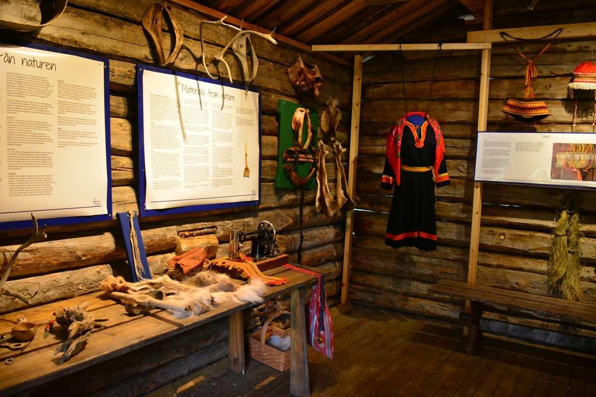 (FOTO: Liane Gruda) Samische Trachten und Rentiergeschirre