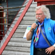 (FOTO: Liane Gruda) Hans-Joachim Gruda erzählt den Gästen der Nutti Sámi Siida über die Rentierzucht und Kälbermarkierung.