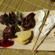 (FOTO: Liane Gruda) Leckerer Rentierfleisch mit Preiselbeermarmelade, dazu gibt es Käse und samisches Brot.