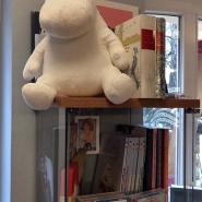 (FOTO: Finntastic) Vom Regal aus grinst mich ein lustiges Plüschmunin an. Pankebuch hat natürlich auch alle Geschichten der Mumintrolls von Tove Jansson im Angebot.