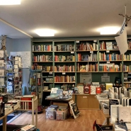 (FOTO: Finntastic) In der gemütlichen, nordischen Buchhandlung Pankebuch lässt es sich herrlich in nordischer Literatur stöbern. Es gibt auch eine kleine Sitzecke zum Schmökern.