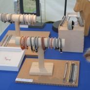 (FOTO: Finntastic) Melanie von Passion for Sàpmi fertigt aus Rentierleder, einem gesponnen Zinnfaden mit vierprozentigem Silberanteil sowie handgepfeilten Knöpfe aus Rentierhorn traditionelle Sami-Armbänder.