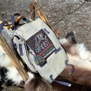 (FOTO: Finntastic) Im Winter nutzen die Samen Schlitten für den Transport von Zelt und Proviant, im Sommer bekommen die Rentiere Satteltaschen aufgeschnallt.