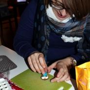 (FOTO: Finntastic) Inken beim Zusammensetzen eines lustigen Rentiergesichtes