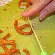 (FOTO: Finntastic) Damit die Salzbrezel wie ein richtiges Geweih ausschaut, müsst ihr noch ein Stückchen von der Bretzel abschneiden.