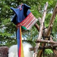 (FOTO: Finntastic) Die Vier-Winde-Mütze ist Teil der samischen Tracht.