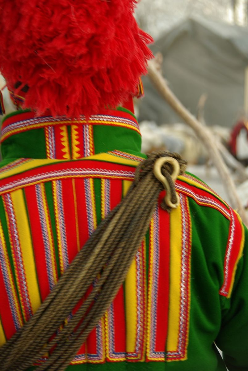 (FOTO: Liane Gruda) Zu besonderen Anlässen wie dem samischen Wintermarkt in Jokkmokk tragen die Samen ihre Trachten.