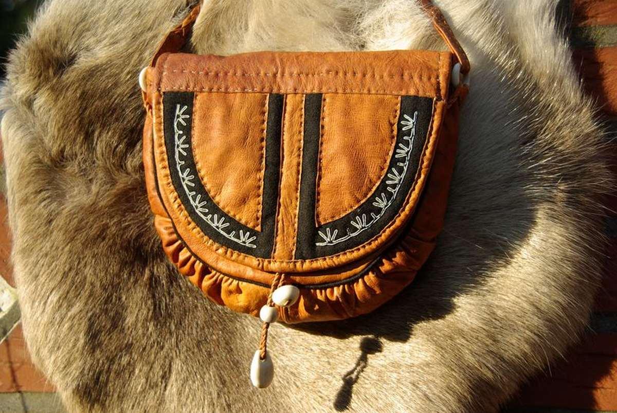 (FOTO: Liane Gruda) Eine samische Tasche aus Rentierleder