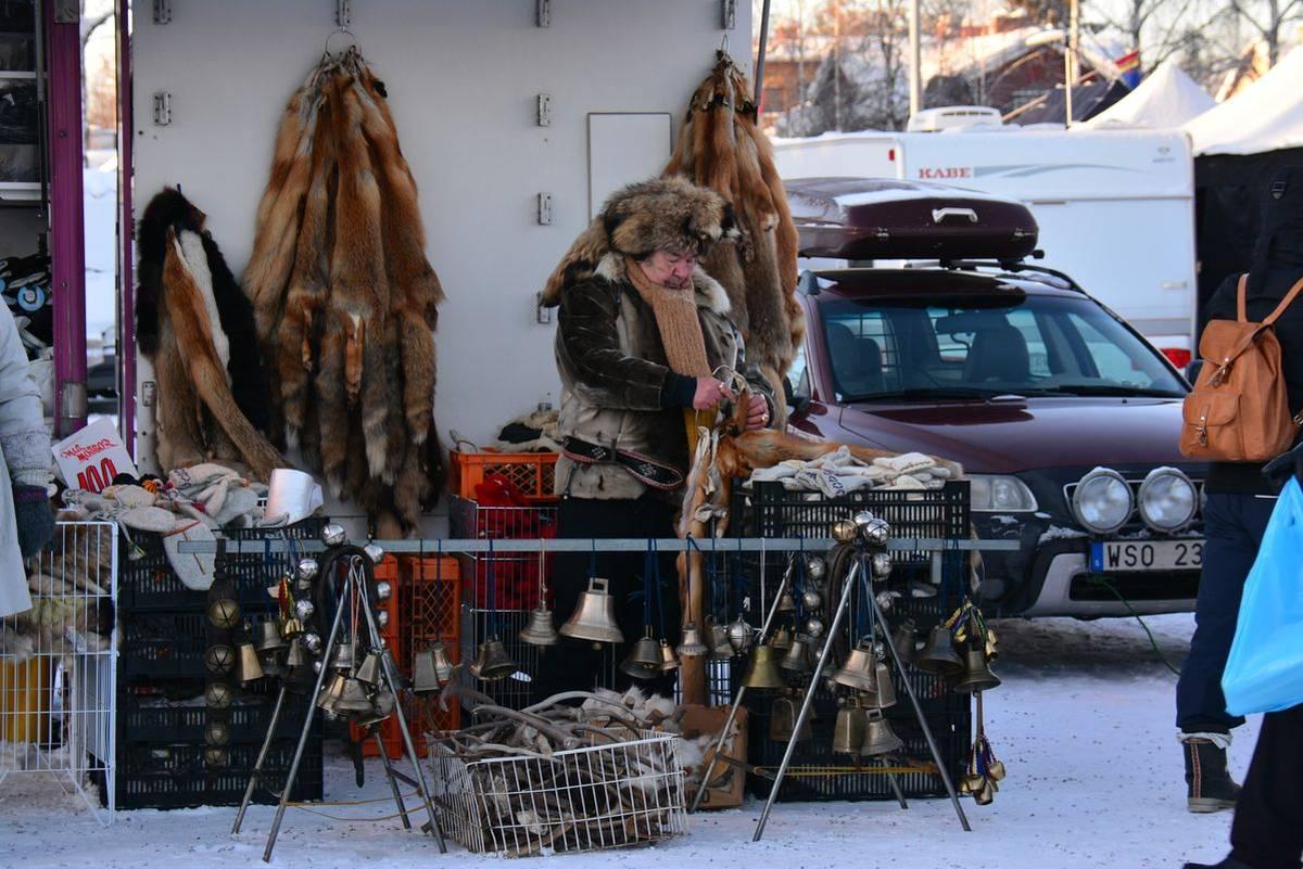 (FOTO: Liane Gruda) Die Auswahl an Fellen und Pelzen ist riesig.