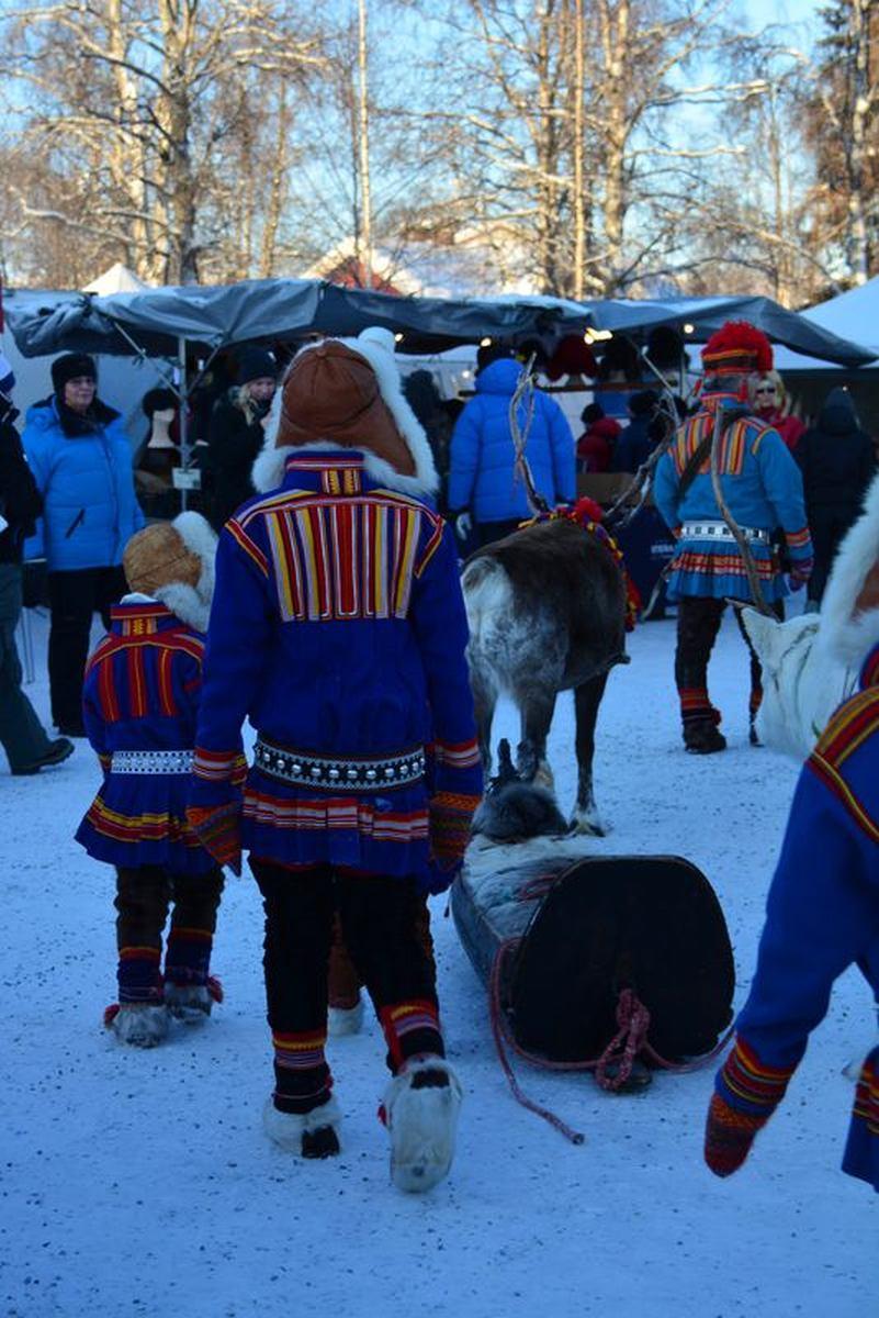 (FOTO: Liane Gruda) Neben samischem Kunsthandwerk gibt es während des samischen Wintermarktes in Jokkmokk auch ein buntes samische Kulturprogramm sowie zahlreiche Workshops und Vorträge über samische Themen.
