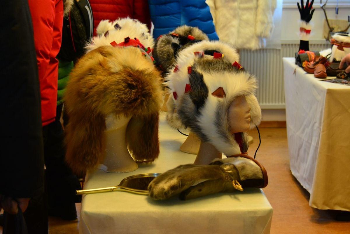(FOTO: Liane Gruda) Die Mützen und Kopfbedeckungen aus Rentierfell sind nicht nur warm, sondern auch äußerst schick.