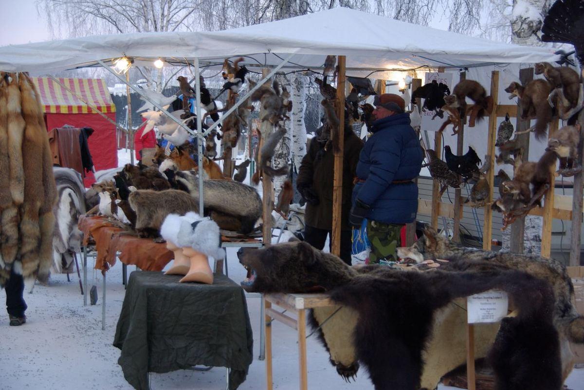 (FOTO: Liane Gruda) Es gibt Mützen, Handschuhe und zahlreiche wietere Gegenstände aus Fell des täglichen Bedarfs.