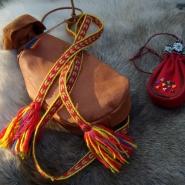 (FOTO: Liane Gruda) Eine samische Umhängetasche aus Rentierleder und hangemachtem Tragegurt