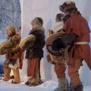 """(FOTO: Liane Gruda) Die Theatergruppe """"Urkraft"""" mit einem Stück aus der Steinzeit."""