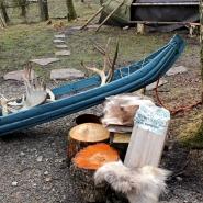 (FOTO: Finntastic) Die Akia, ein hölzerner Schlitten, der aus einem Baumstamm ganz ohne Nägel gezimmert wird, diente den Samen früher im Winter als Transportmittel für Zelt und Proviant.