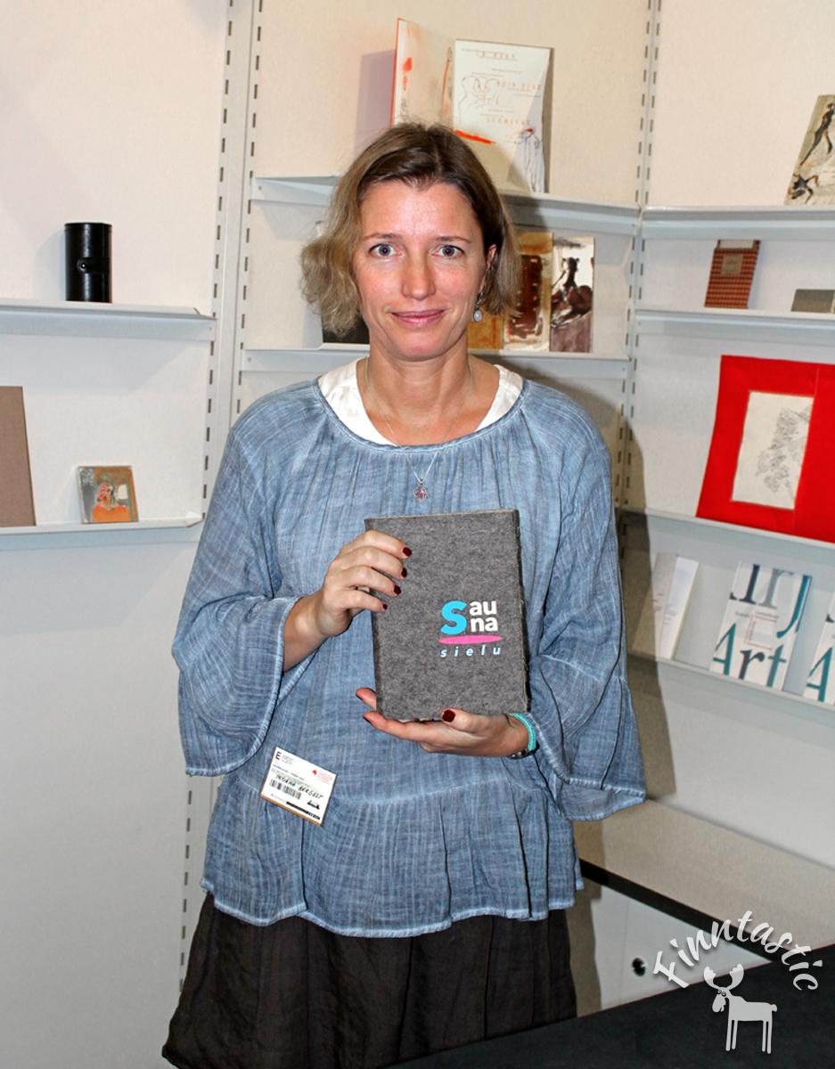 (FOTO: Finntastic) Die Künstlerin Tatjana Bergelt aus Helsinki und ihr Künstlerbuch über die finnische Saunatradition