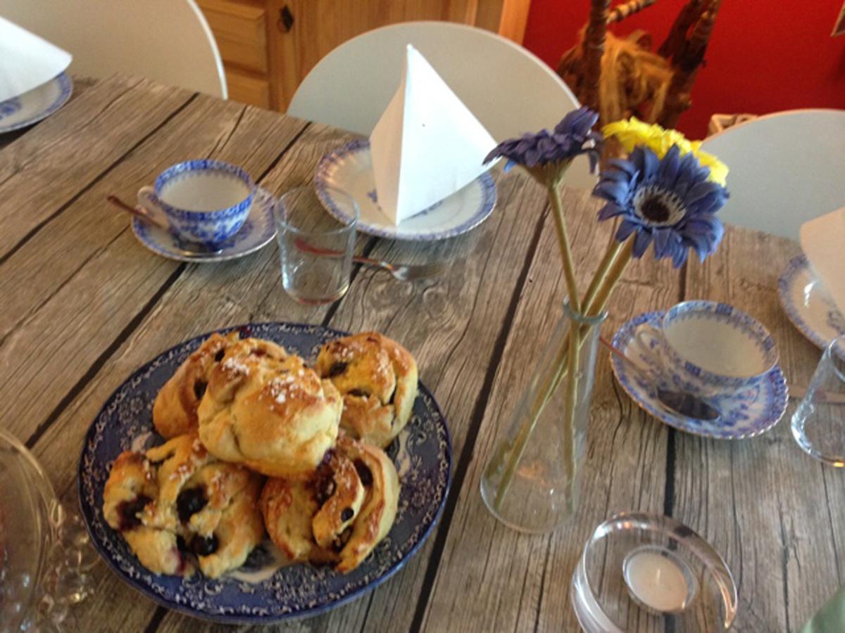 (FOTO: Carmela Mellström) Im Schwedencafé von Carmela Mellström kann man in gemütlicher Atmosphäre nach Herzenslust Schwedische Spezialiäten genießen.