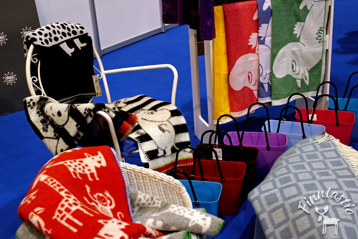 (FOTO: Finntastic) Kuschelige Wolldecken mit Muumi- oder Elchmotiven der schwedischen Wollmanufaktur Klippan gibt es im kleinen Kanelbullen-Shop zu kaufen.