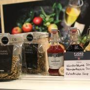 (FOTO: Finntastic) Das norwegische Unternehmen Lie Gaard stellt ganz unterschiedliche Siruparten, wie zum Beispiel  Sirup aus Fichtentrieben, Holunderblüten oder Holunderbeeren. Es gibt die Holunderblüten aber auch getrocknet zu kaufen.  www.liegard.no