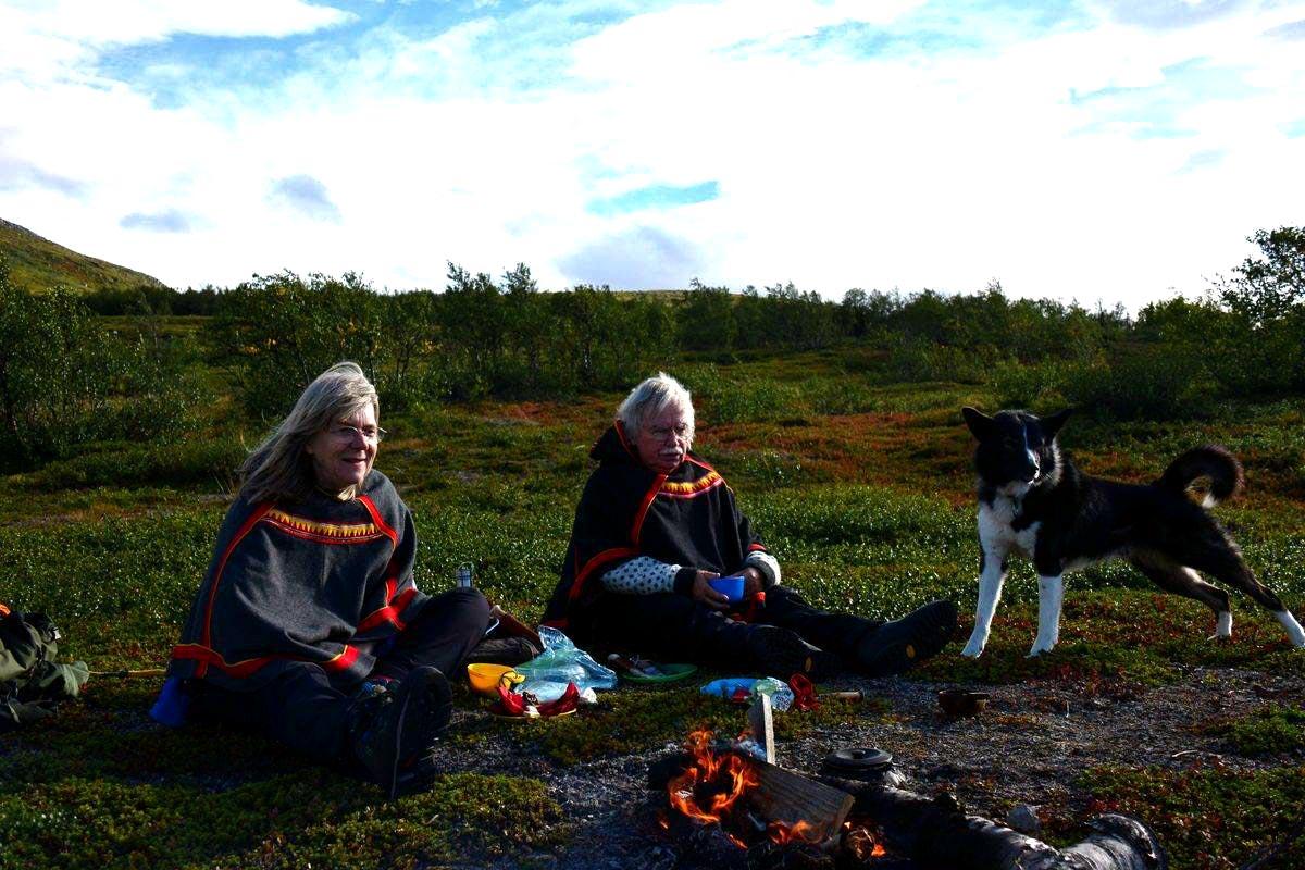 (FOTO: Liane Gruda) Liane, Hannes und der samische Hütehund Benno, ein Mischling aus Border-Collie und Lappspets.