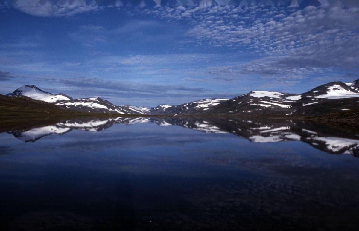 (FOTO: Liane Gruda) Der See Sorjosjaure im Gebirge Sulitjelma. Blick von der schwedischen Seite Richtung Norwegen; die Grenze verläuft ungefähr in der Mitte des Sees.