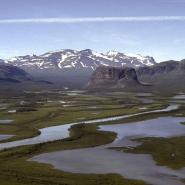 (FOTO: Liane Gruda: Der Fluss Rappaätno entspringt im Sarek Nationalpark und mündet in einem grandiosen Delta bei Aktse in den See Laidaure. Der markante Berg in der Mitte des Tales ist der Namatis.