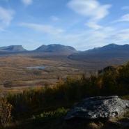 """(FOTO: Liane Gruda) .    Herbst in Sápmi! Blick zum großen Tal Čuonjávággi, bei Touristen in der Gegend von Abisko mehr bekannt als """"Lappland-Pforte"""" – Lapporten!"""