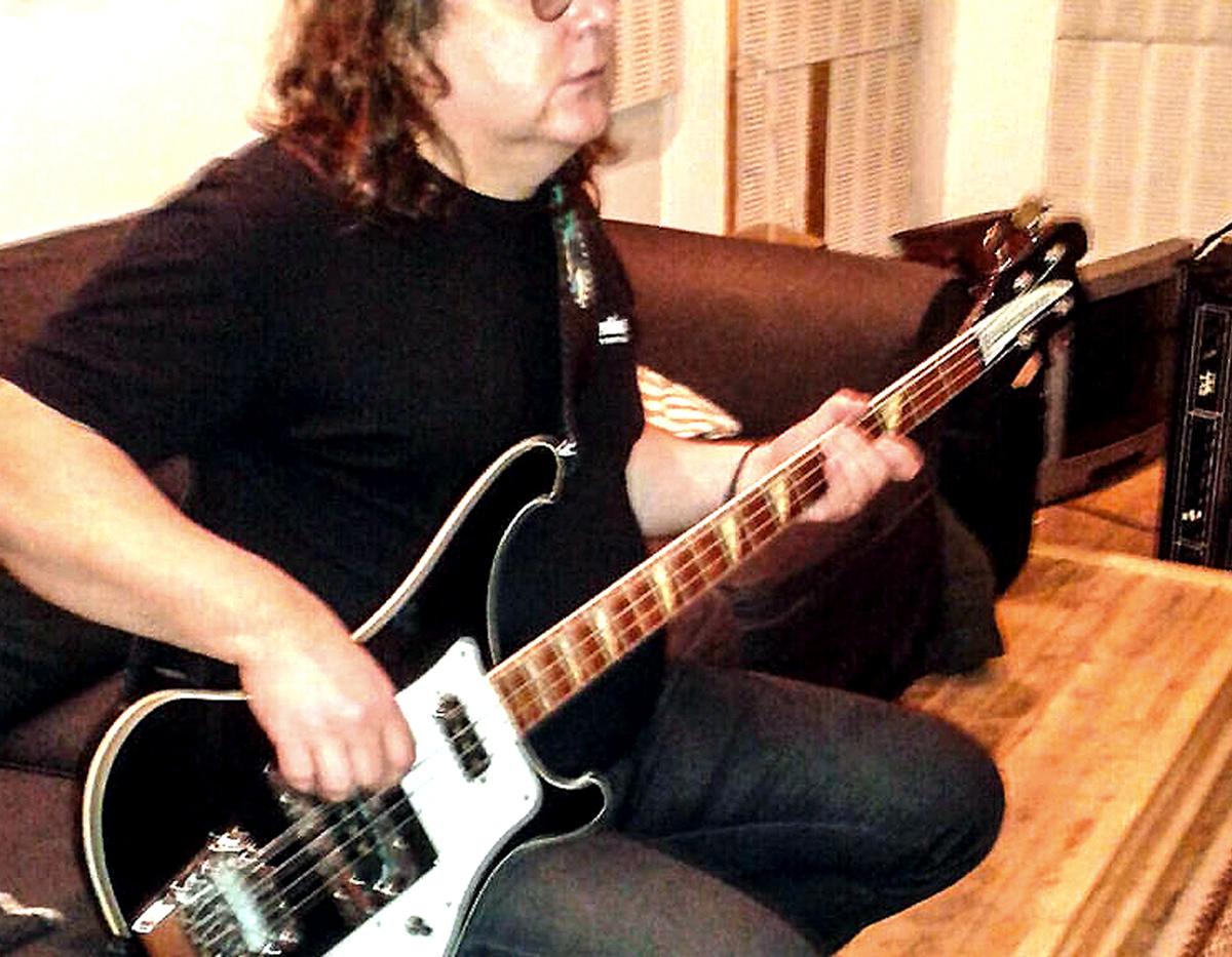 """(FOTO: Dark Ride Brothers) Hannu Liukku verleiht """"The Dark Ride"""" durch Passagen auf der E-Gitarre einen rockigen Sound."""