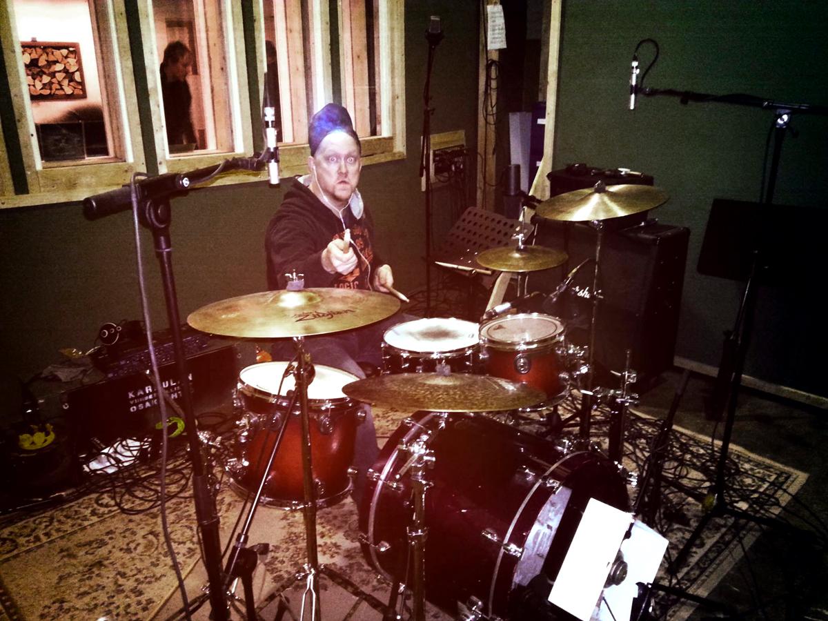 """(FOTO: Dark Ride Brothers) Joni Takalo im Jamsession-Fieber bei der Aufnahme zur neuen Single """"The Dark Ride"""""""