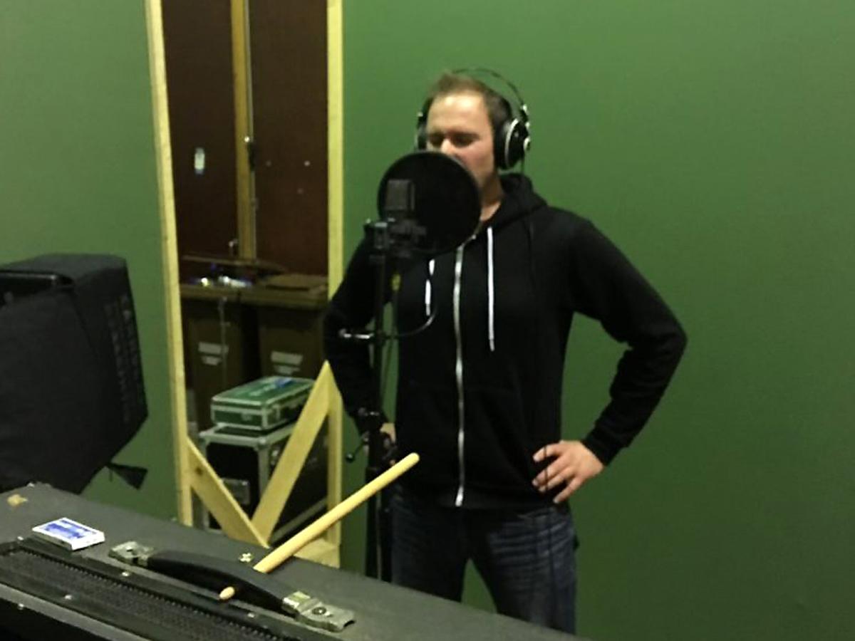 """(FOTO: Dark Ride Brothers) Sven Langbein beim Einsingen der Vocals zu """"The Dark Ride"""""""