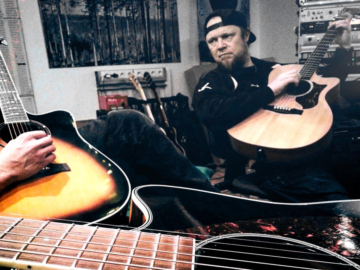 (FOTO: Dark Ride Brothers) Vesa Winberg beim Jammen auf der Akustikgitarre.