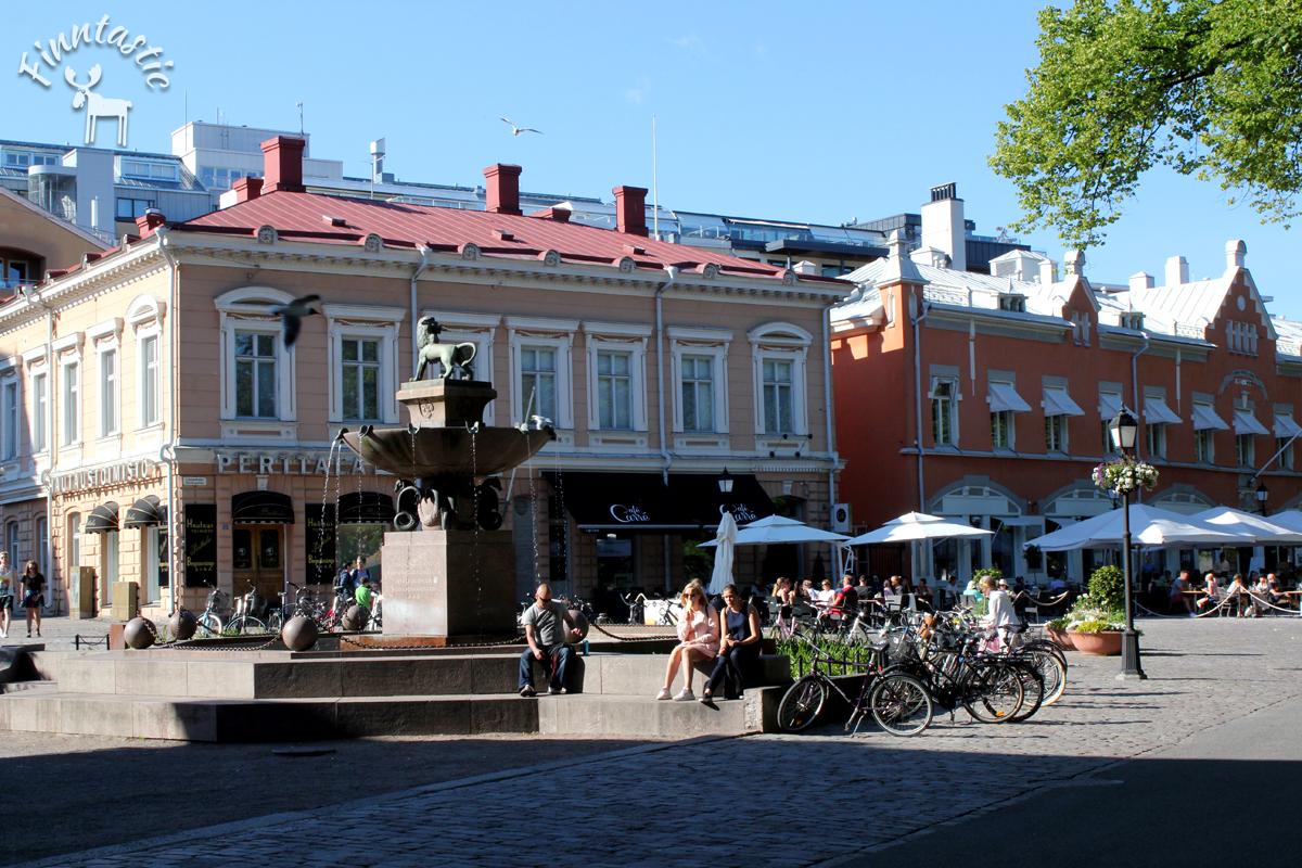 (FOTO Finntastic)  In den kopfsteingepflasterten Straßen am Ufer des Auranjoki liegen viele Restaurants und Cafés, die in wunderschönen, historischen Gebäuden untergebracht sind.