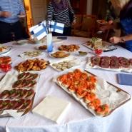(FOTO: Volker Mentel) Das finnische Buffet bestehend aus Voileipäkakku, belegten Broten mit Rentierschinken sowie finnischem Lachs.
