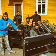 """(FOTO: Dark Ride Brothers) Die Band mit Videoproduzent Ville Ristolainen (links) und den Darstellern """"Kiss Kiss Forbid'n"""" und Tomi Frisk beim Dreh zum Video von Wasted Sundays im schicken schwarzen Cadillac."""