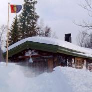 (FOTO: RENRAJD vualka) Eines der Hütten des Sámidorfes in Alme-Gasjien-Johke.